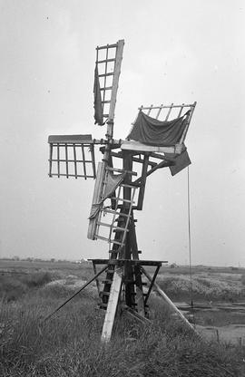 """Windmill for lifting water from claypit at brickworks at Somerden Road, Hull, Yorks"""