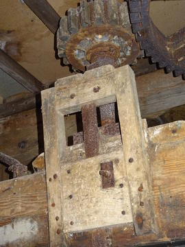 Mechanism for putting wind stone nut in/out of gear, smock mill, Crowfield
