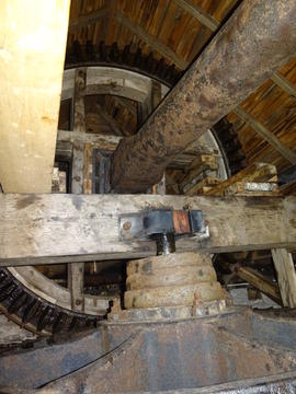 Windshaft, brakewheel, wallower and sprattle beam, Melin Llynon, Llanddeusant