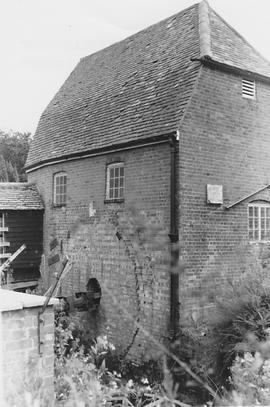 Cobham Mill, Cobham, wheel missing, axle in place