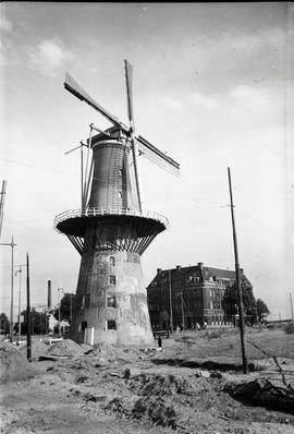 """Tower mill, Rotterdam, in Oostplein, sails revolving"""