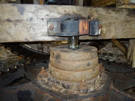 Sprattle beam and top bearing of upright shaft, Melin Llynon, Llanddeusant
