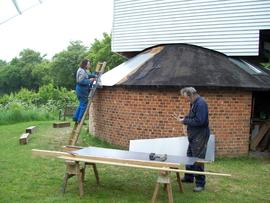 Roofing the roundhouse, Bragg's Mill, Ashdon