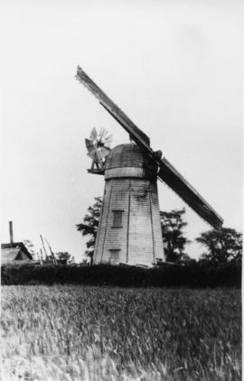 Smock mill, Brettenham, with only two sails