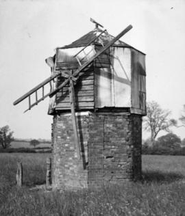 Post mill, Hillesden, derelict