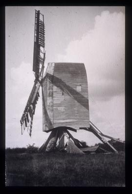 Bodle Street Green Mill, Warbleton, derelict, with four sails and collapsed roundhouse