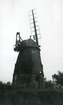 Smock mill, Balsham, with one broken sail