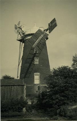 Tower mill, Debenham, working with two sails