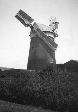Tower mill, Neatishead, working with two sails