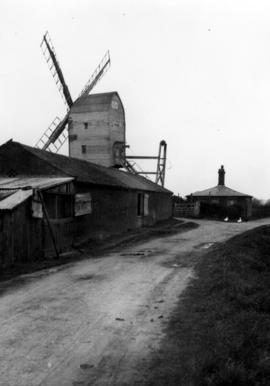 Post mill, Darsham, with sails, fantail gone