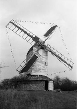 Post mill, Drinkstone, decorated for last use