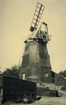 Smock mill, Balsham, with only two sweeps left