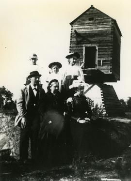Toe mill with family at the front at Drumsö Manor in Lauttasaari, Uusimaa