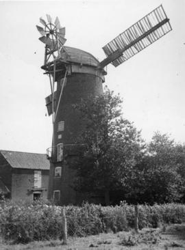 New Mill, East Ruston, working with two sails