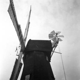 Low angle side view of cap and sweeps, Davison's Mill, Stelling Minnis