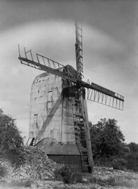 Post mill, Playden, with broken sail showing