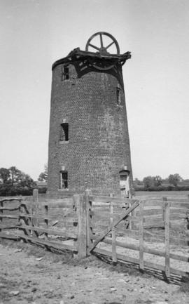 Tower mill, Twyford, derelict showing chain winding wheel