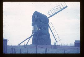 Post mill, Wrawby, derelict, with two adjacent sails