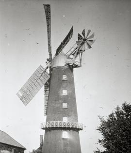Tower mill, Wellingore, working with four sails