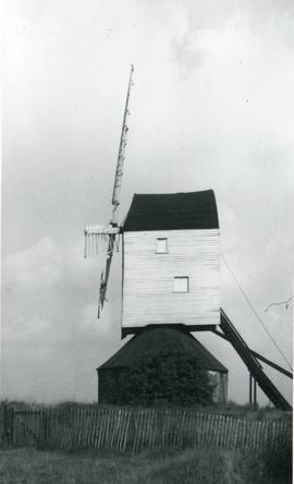 Post mill, Mountnessing, with roundhouse