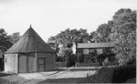 Roundhouse, post mill, Nedging